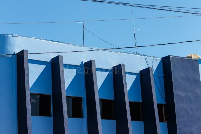 Blu che biulding all'aperto con il fondo del cielo immagini stock
