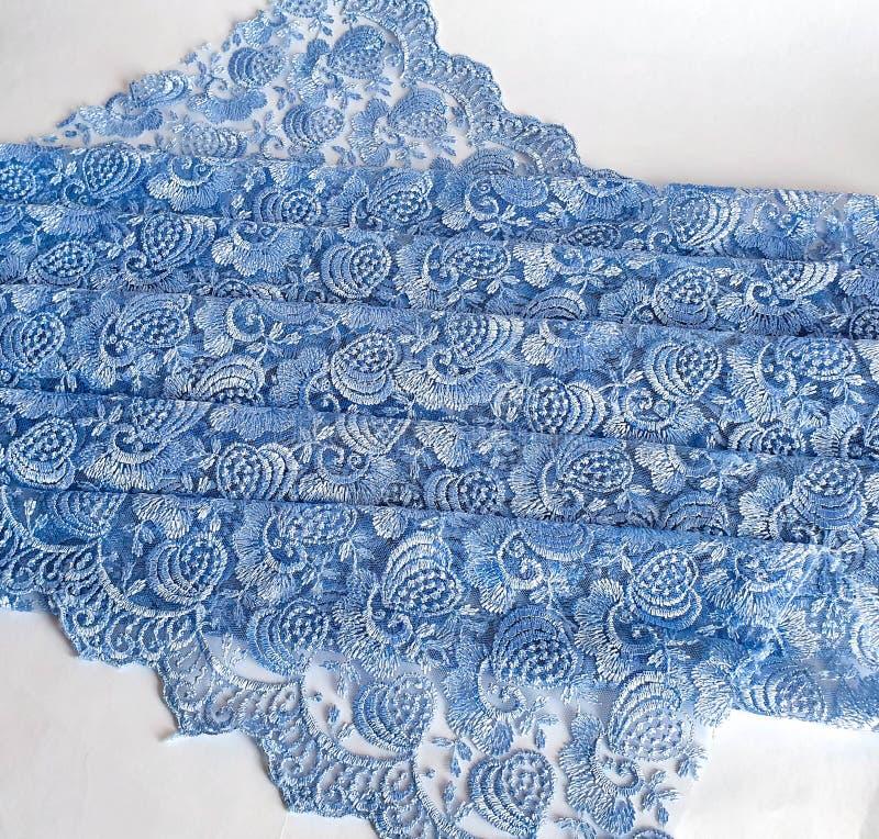 Blu-chiaro con il fondo grigio del pizzo di tono, fiori ornamentali Modello blu del tessuto del pizzo, campione, fondo fotografie stock libere da diritti