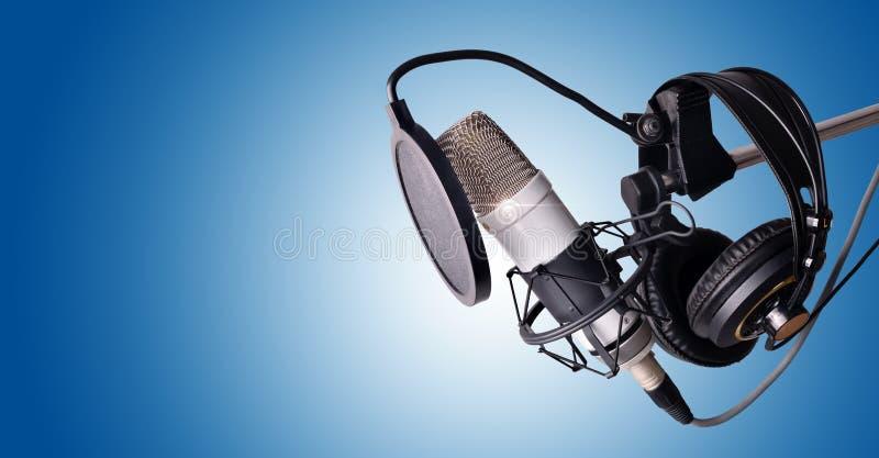 Blu del microfono a condensatore e dell'attrezzatura dello studio immagine stock