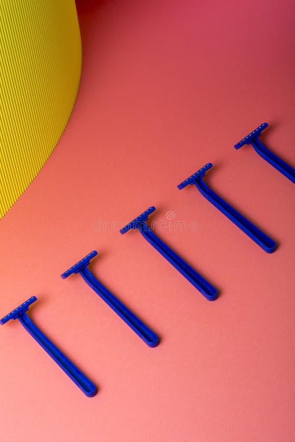 Blu del rasoio su fondo astratto fotografie stock libere da diritti