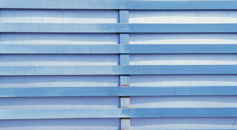 Blu del recinto del metallo sulla via immagini stock libere da diritti
