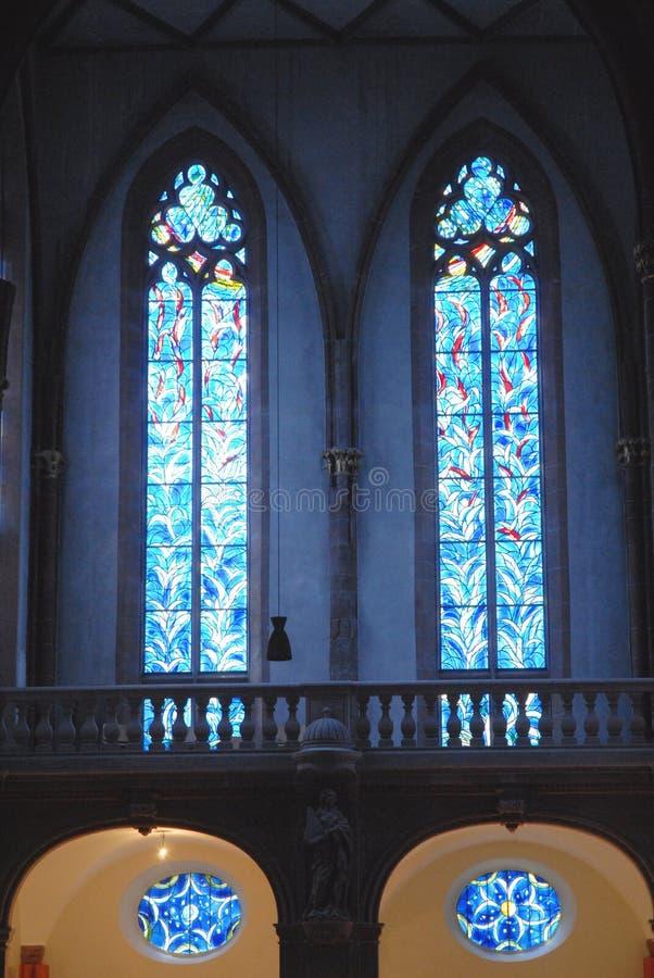 Blu del vetro macchiato dentro una chiesa a Mainz Germania fotografia stock