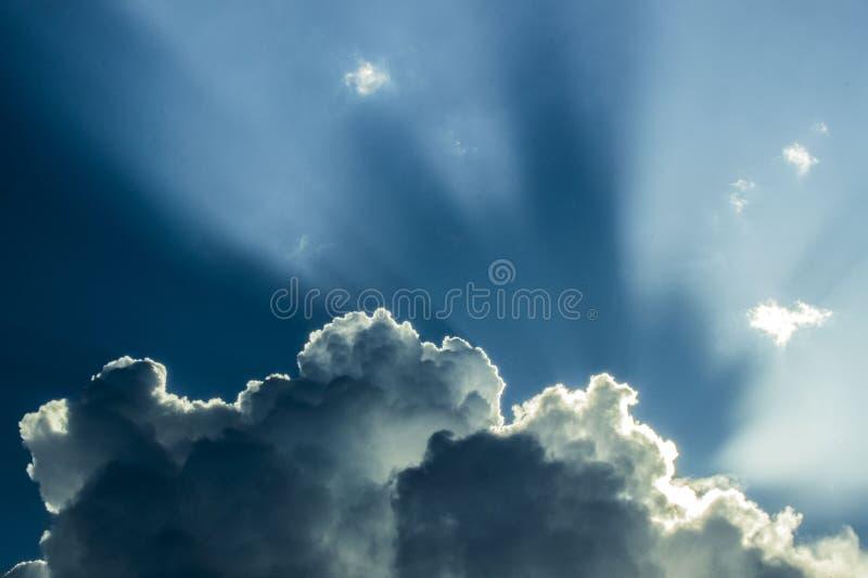 Blu della nuvola di Sun del cielo della Crimea fotografie stock
