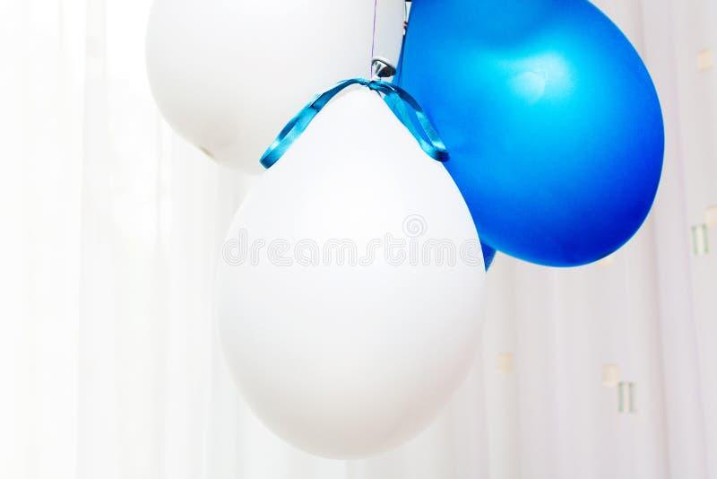 Blu di compleanno degli aerostati fotografie stock libere da diritti
