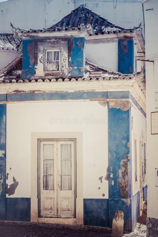 Blu e facciata della casa colorata bianco immagine stock libera da diritti