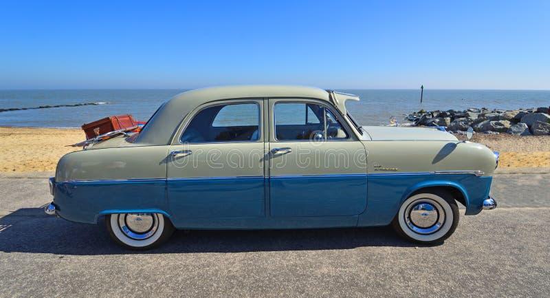 Blu e Grey Ford Zodiac Motor Car Parked classici sulla passeggiata del lungonmare immagine stock libera da diritti