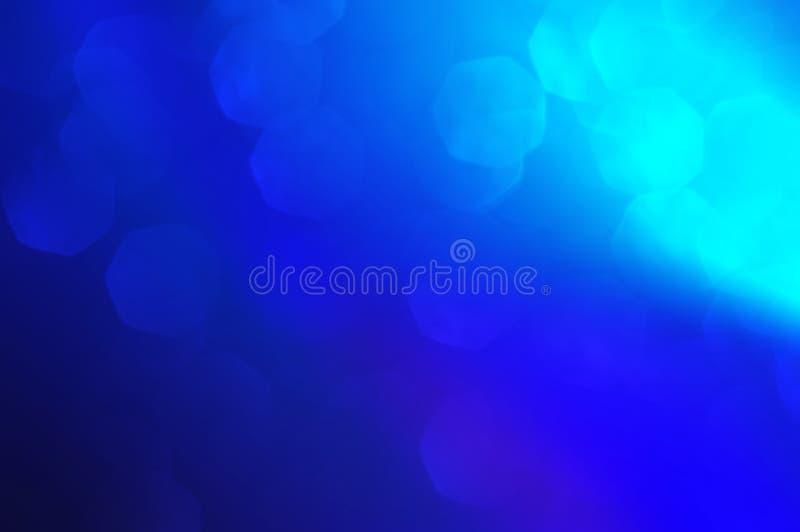 Blu profondo, fondo leggero astratto del bokeh bianco, luci brillanti blu, brillare scintillante, inverno, luci di Natale Sommari fotografia stock