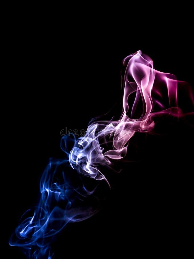 Blu rosso del fumo su un fondo nero sottragga la priorità bassa fotografie stock