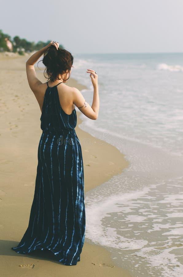 Blu scuro sulla spiaggia fotografie stock libere da diritti