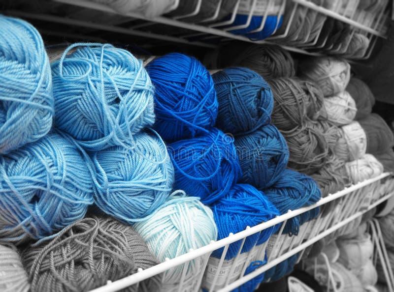 Blu sui fili grigi immagine stock libera da diritti