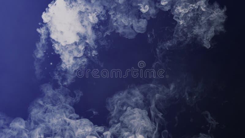 Blu tonificato Annebbi e appanni l'effetto su fondo nero Sovrapposizioni di struttura del fumo illustrazione di stock