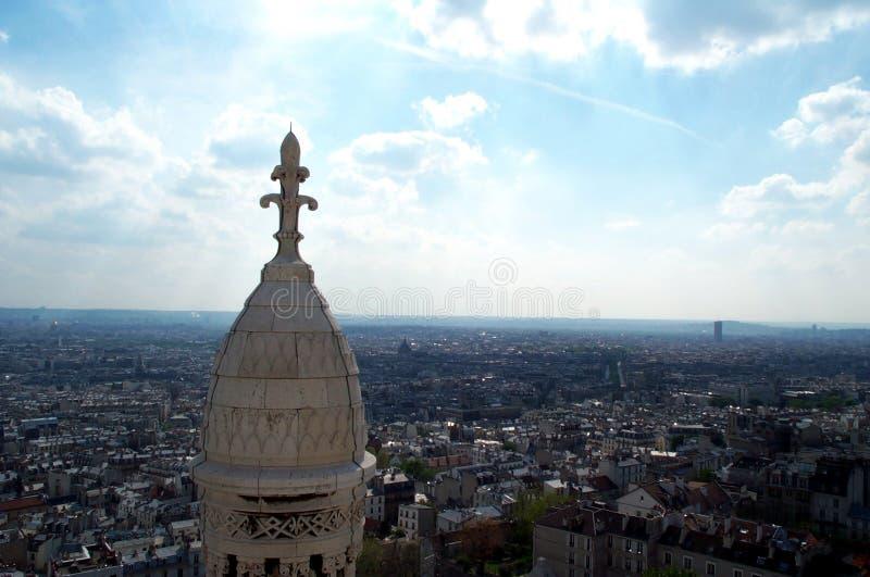 blue 2 över den paris skyen royaltyfria foton
