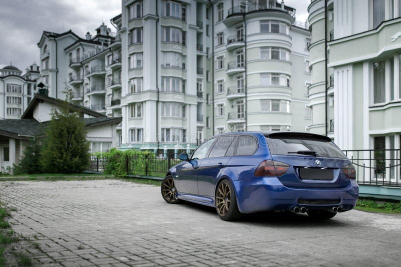 Синий автомобиль BMW 3 серии E91 в городе Москва днем. Москва, Россия - 02 октября 2016 года: синий автомобиль BMW 3 серии E91 в городе Москва в дневное время стоковые фотографии