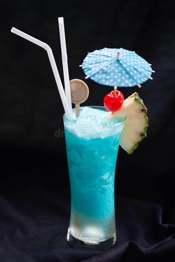 Blue Hawaii Cocktail Tal Glas mit Schirm mit Ananas und Rothirschen Geeignet für erfrischende Getränke, Quenching lizenzfreie stockfotos
