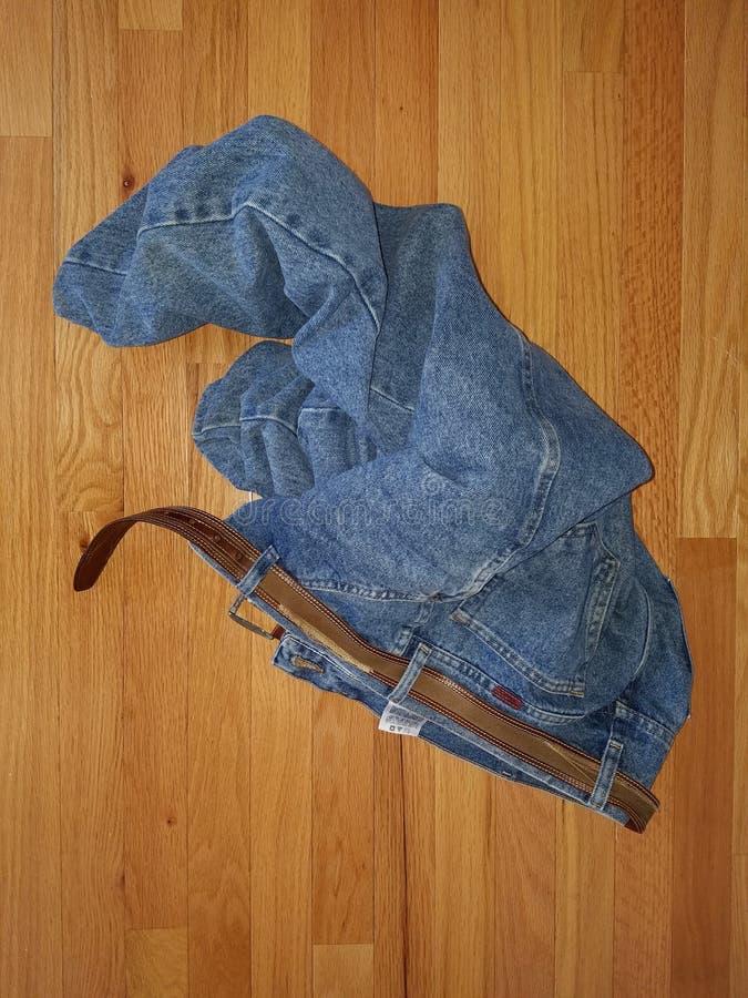 Blue Jeans auf einem Bretterboden lizenzfreies stockbild