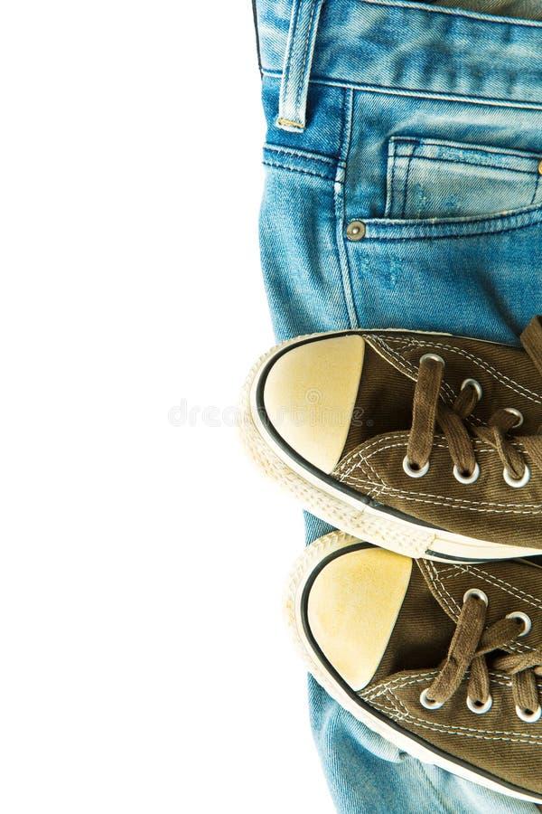 Blue jeans e scarpe da tennis dell'annata fotografie stock