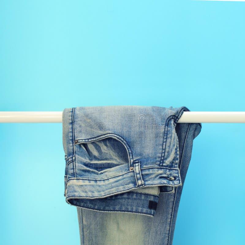 Blue jeans su uno scaffale fotografia stock libera da diritti