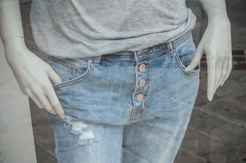 blue jeans sul manichino nel deposito di modo per gli uomini immagine stock
