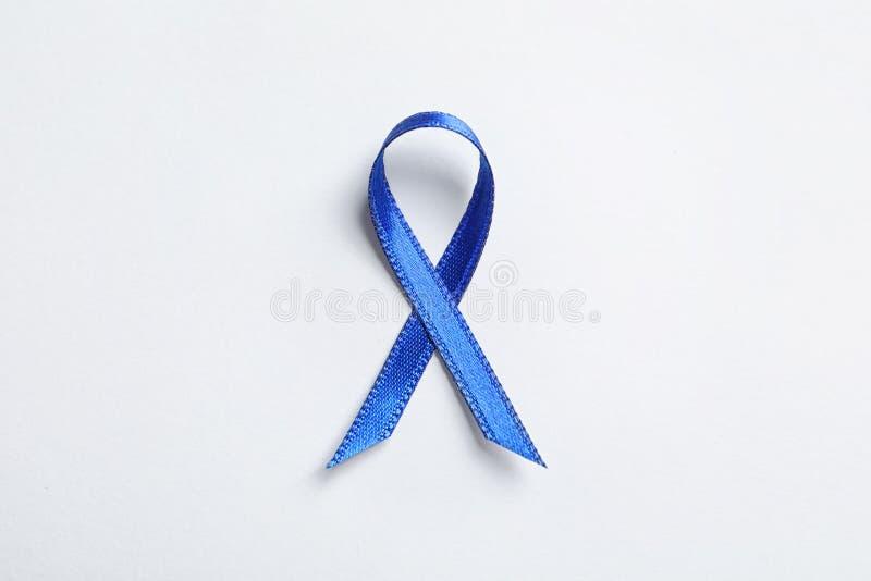 Blue Ribbon en el fondo blanco, visión superior Conciencia del cáncer foto de archivo libre de regalías