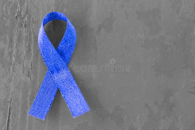 Blue Ribbon en el fondo de madera blanco y negro, primer, espacio de la copia, concepto médico imagenes de archivo