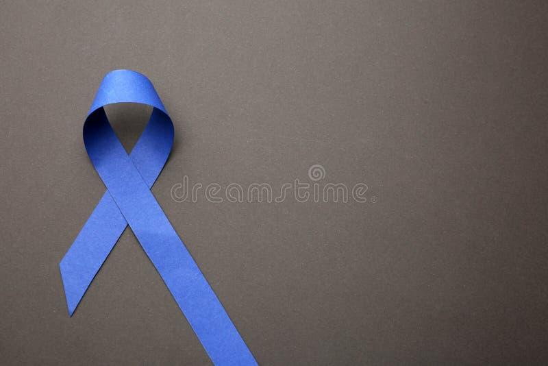 Blue Ribbon en el fondo gris, visi?n superior Símbolo de problemas sociales y médicos fotografía de archivo libre de regalías