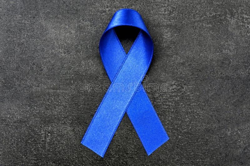Blue Ribbon en fondo oscuro Cáncer de colon imagen de archivo