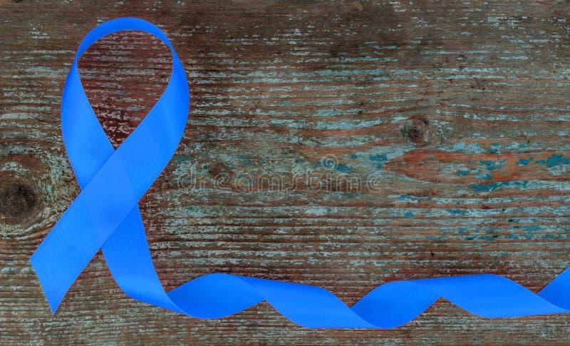 Blue Ribbon - símbolo de la conciencia del cáncer de próstata en el fondo de madera con el espacio de la copia foto de archivo