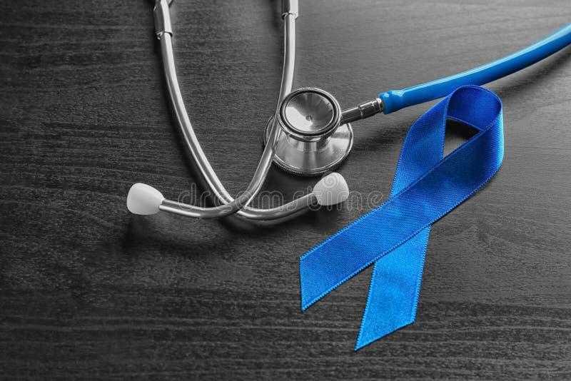 Blue Ribbon y estetoscopio en fondo de madera foto de archivo libre de regalías