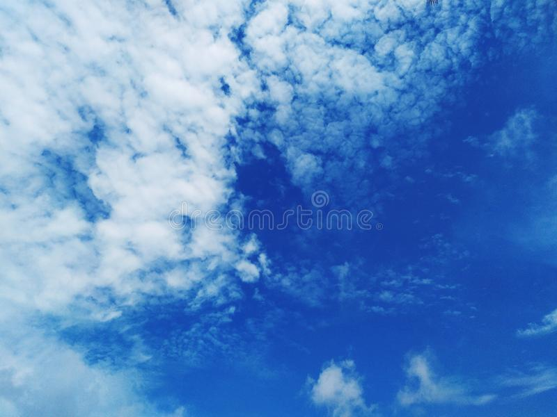 Blue sky and beautiful clouds white. Fuffly, whitefluffy, whiteclouds, bluesky, blueandwhite, landscape, viewsky, air, hight, cool, weather, sun royalty free stock photo