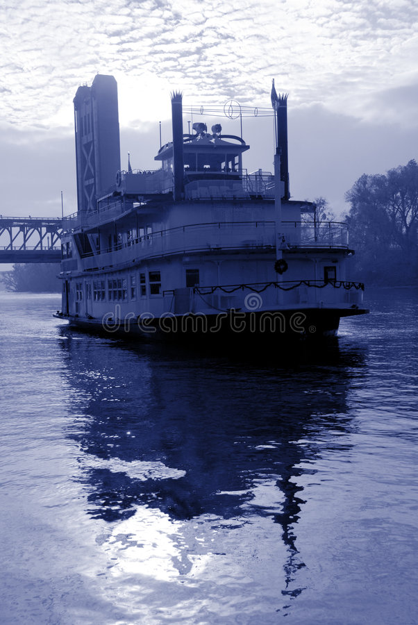 Free Blue Toned River Boat Royalty Free Stock Image - 6200316