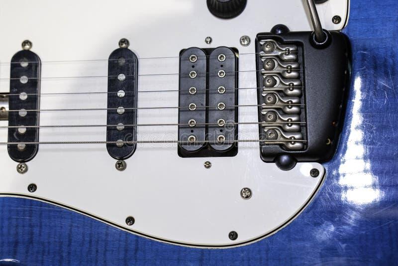 Blue White Electric Guitar Elektrische Gitarre in der Nähe mit selektivem Fokus Ein Teil der elektrischen Gitarre stockfotografie