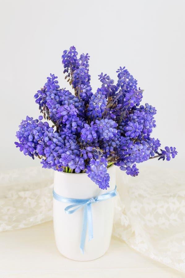 Bluebell цветет букет в вазе стоковая фотография