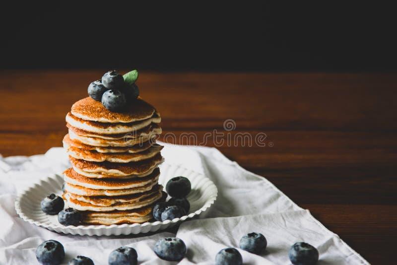 Blueberry Domowy naleśnik z słodkim miodem na stole z drewna zdjęcie poziome obraz stock