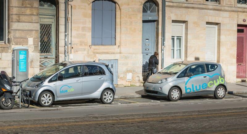 Bluecub compartilhou do carro elétrico estacionado no centro da cidade de Bordeau foto de stock royalty free