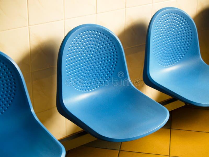 bluen chairs att vänta för lokal royaltyfri fotografi
