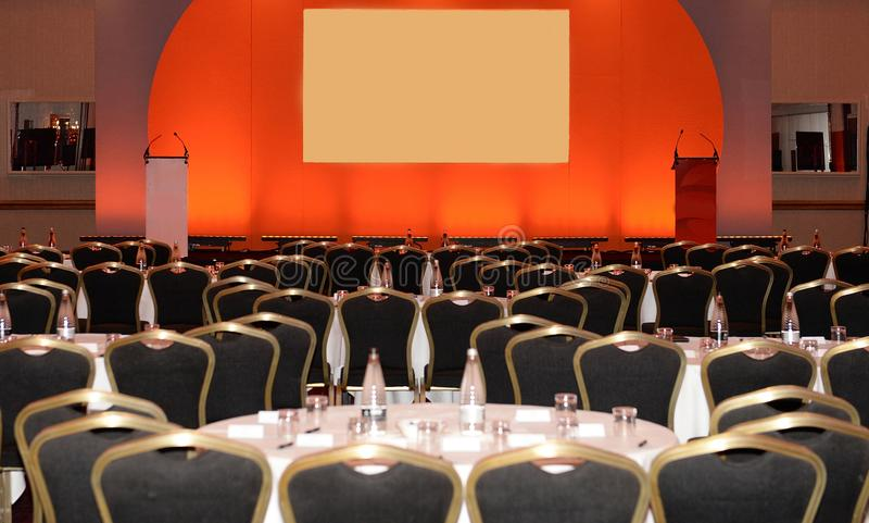 bluen chairs trä för konferenslokaltabellen royaltyfri fotografi