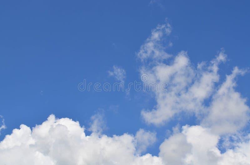 bluen clouds fluffig skywhite arkivbild