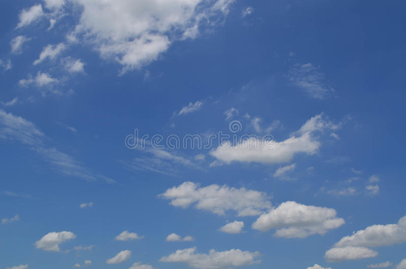 bluen clouds fluffig skywhite royaltyfria foton