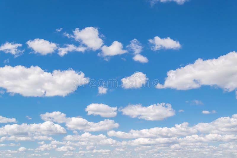 Download Bluen clouds skyen fotografering för bildbyråer. Bild av frihet - 76700105