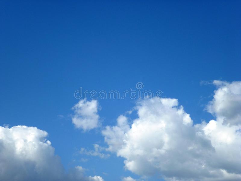 bluen clouds skyen arkivbild