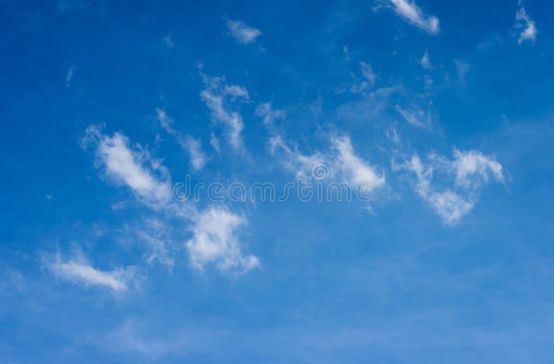 bluen clouds skyen bluen clouds skyen arkivfoton