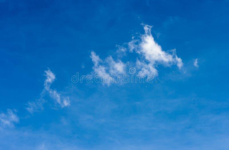 bluen clouds skyen bluen clouds skyen arkivbilder