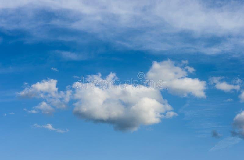 bluen clouds skyen bluen clouds skyen royaltyfria foton