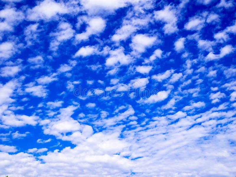 bluen clouds skyen Syre miljö royaltyfri bild