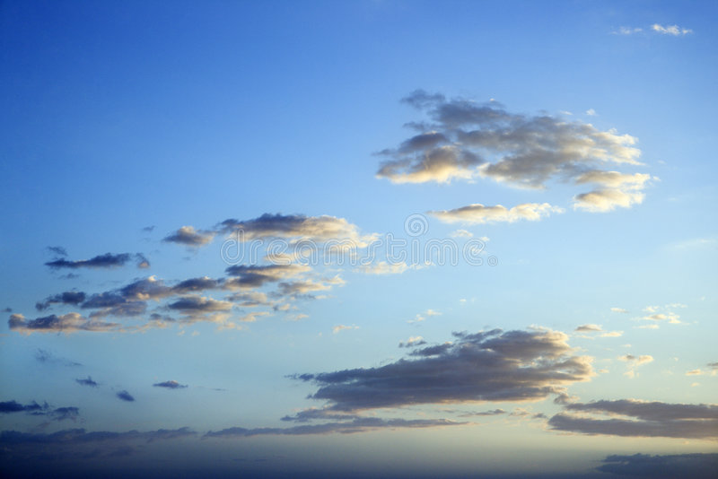 bluen clouds skymningskyen arkivfoto