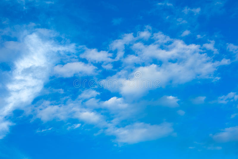bluen clouds skywhite royaltyfri foto