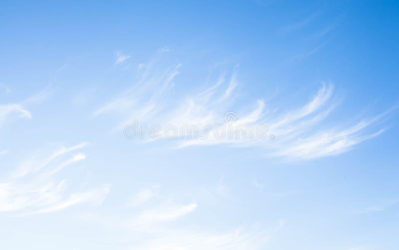 bluen clouds skywhite Naturlig bakgrund royaltyfria foton