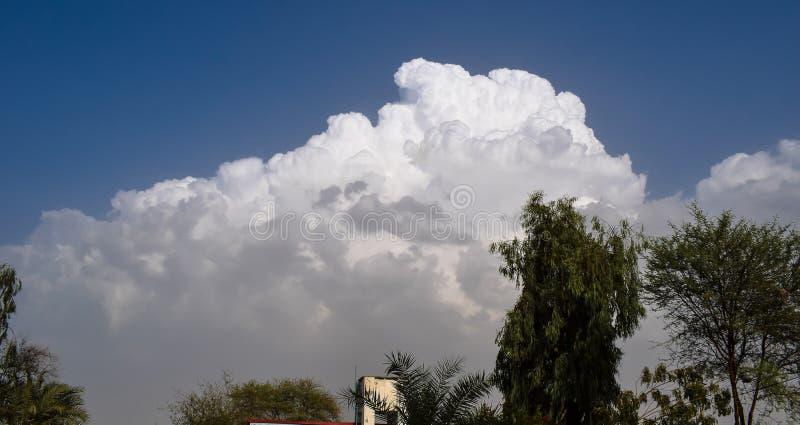 bluen clouds skywhite arkivfoto