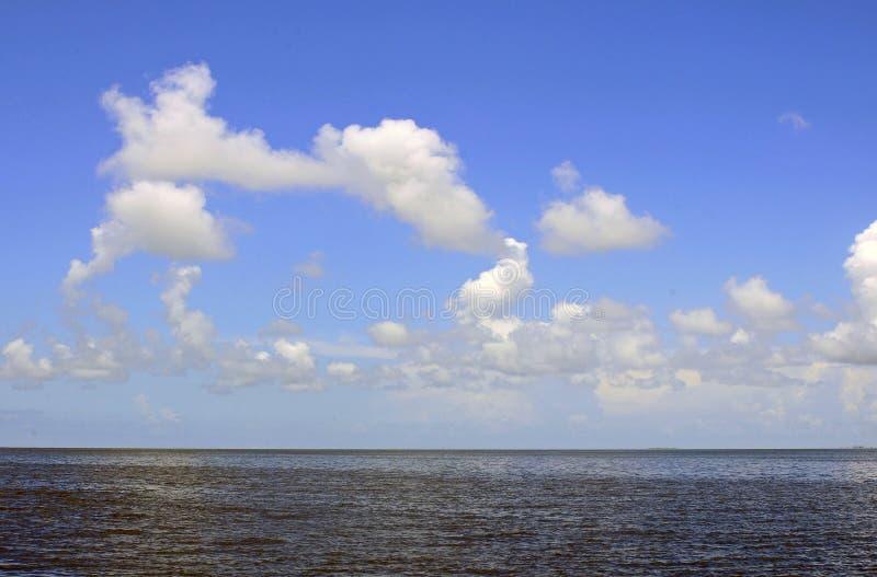 bluen clouds vita skies fotografering för bildbyråer