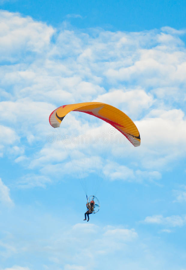 bluen flyger paragliderskyen royaltyfri bild